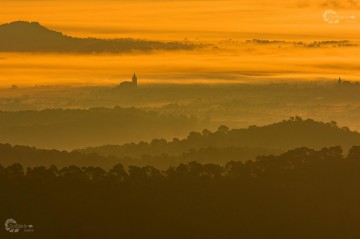 OutSide-In Galerie Referenz-Bild Morgenlicht Sonnenaufgang Kirche Im Nebel Mit Wasserzeichen Homepag