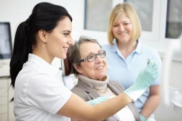 Dentarra Zahnmedizin Referenz-Bild Dr Oana Bizgan Von Der Zahnarztpraxis Denterra Im Patientengespra